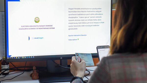Женщина регистрируется на сайте icaze.e-gov.az  - Sputnik Азербайджан