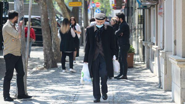 Мужчина в маске в Баку - Sputnik Азербайджан