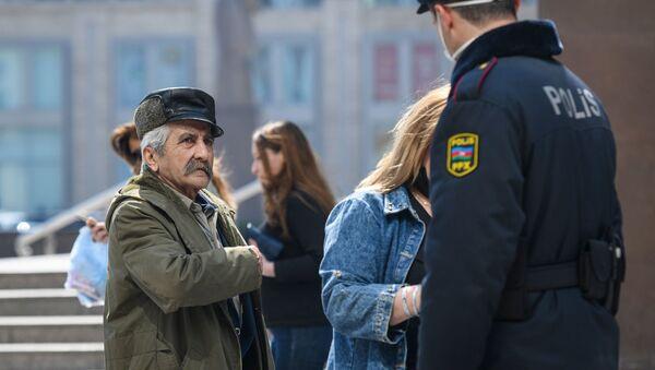 Пожилой мужчина на одной из улиц в Баку - Sputnik Азербайджан