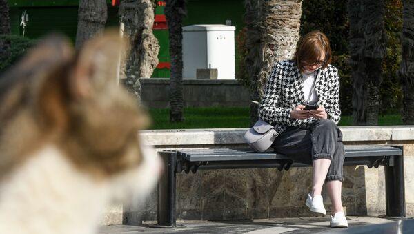 Девушка на одной из улиц в Баку - Sputnik Азербайджан