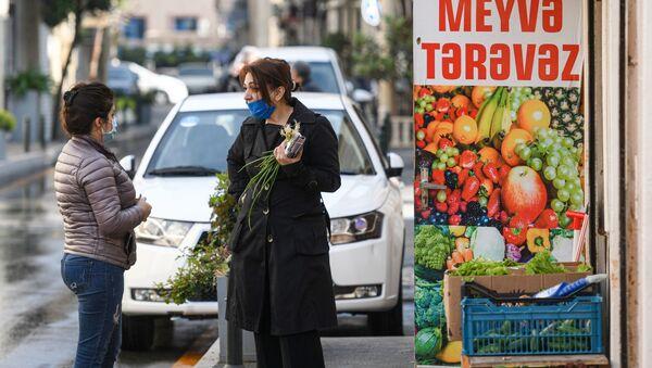 Женщина у овощного магазина в Баку - Sputnik Азербайджан