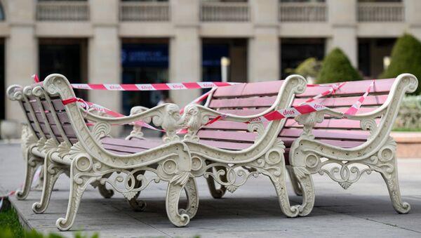 Перевернутые скамейки в Баку  - Sputnik Азербайджан