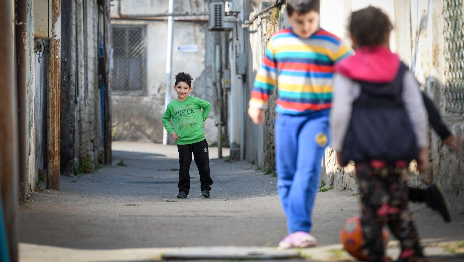 Дети играющие в футбол на одной из улиц в Баку - Sputnik Azərbaycan, 1920, 14.06.2021