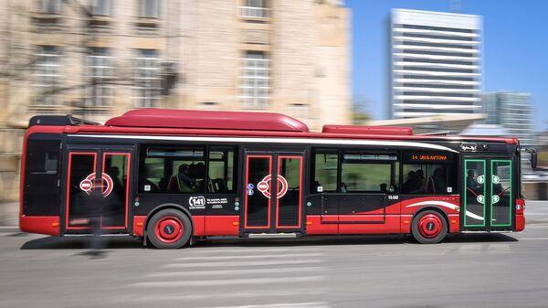 Автобус на одной из улиц в Баку - Sputnik Азербайджан