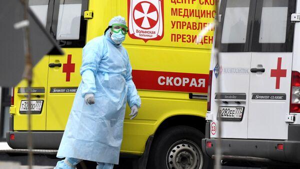 Медицинский работник на территории карантинного центра в Коммунарке - Sputnik Azərbaycan