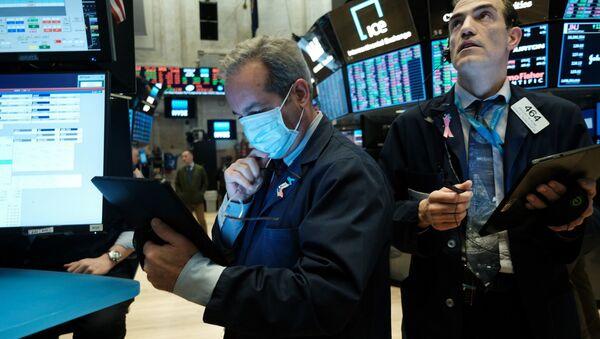 Трейдеры во время работы на Фондовой бирже в Нью-Йорке, фото из архива - Sputnik Азербайджан