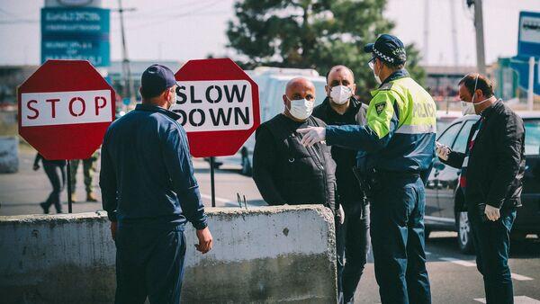 Сотрудники патрульной полиции говорят с местными жителями на блокпосту в Марнеули - Sputnik Азербайджан