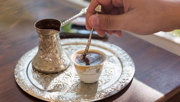 Турка и чашка черного кофе на блюде - Sputnik Azərbaycan