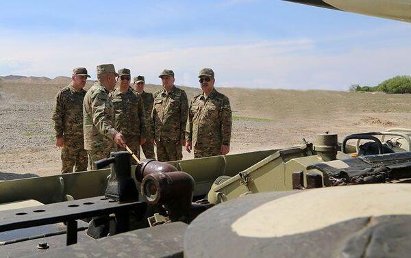 Проверка боеспособности вооружения и военной техники воинских частей в прифронтовой зоне - Sputnik Азербайджан