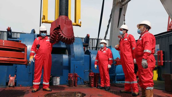 Бурение новой скважины на газоконденсатном месторождении Умид - Sputnik Азербайджан