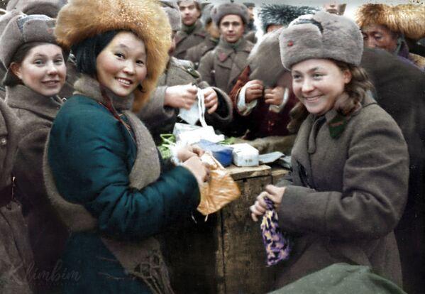 Вручение подарков воинам 11 армии СЗФ членами монгольской делегации, 1942 год - Sputnik Азербайджан