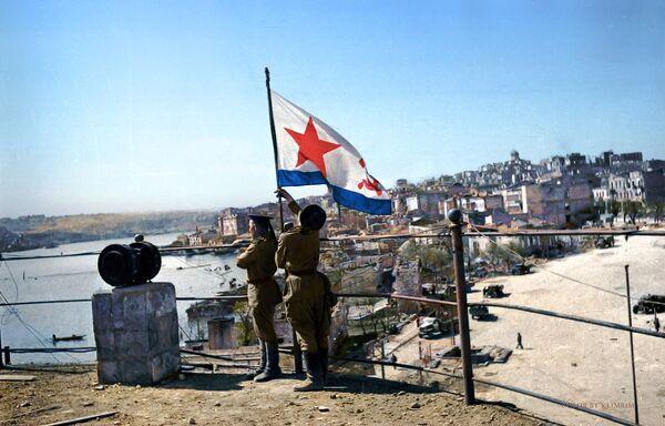 Водружение флага Победы на водной станции, 1944 год  - Sputnik Азербайджан