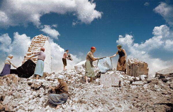 Советские женщины во время разбора завалов после бомбардирования   - Sputnik Азербайджан