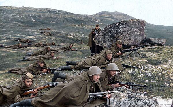 Разведчики морской пехоты под командованием младшего лейтенанта Петрова А.А. ждут врага в засаде, 1942 год  - Sputnik Азербайджан