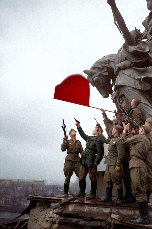 Солдаты батальона под командованием Степана Неустроева салютуют на крыше Рейхстага - Sputnik Азербайджан