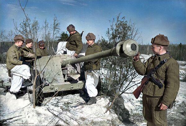 Советские бойцы рассматривают гитлеровскую противотанковую пушку, доставленную разведчиками, 1944 год - Sputnik Азербайджан