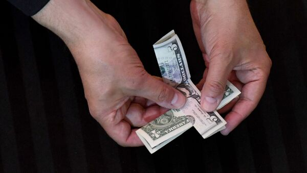 Доллары в руках  - Sputnik Азербайджан