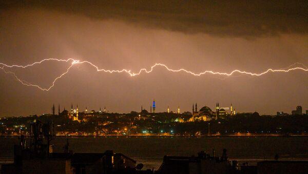 Молния в небе над Стамбулом, Турция - Sputnik Azərbaycan