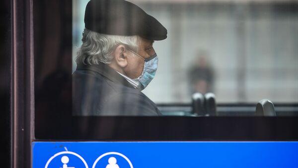 Пассажир автобуса в маске, фото из архива - Sputnik Азербайджан