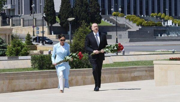 Президент Ильхам Алиев и первая леди Мехрибан Алиева, посетили могилу дважды Героя Советского Союза Ази Асланова - Sputnik Азербайджан