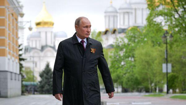 Президент РФ Владимир Путин перед началом воздушного парада, посвященного 75-летию Победы в Великой Отечественной войне - Sputnik Azərbaycan