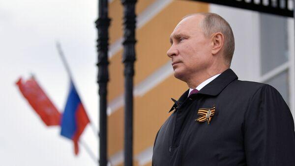 Президент РФ Владимир Путин наблюдает за пролетом военной авиации во время воздушного парада, посвященного 75-летию Победы в Великой Отечественной войне - Sputnik Азербайджан