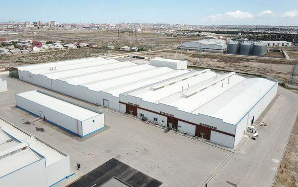 Фабрика по производству медицинских масок и предприятие по производству защитных комбинезонов, функционирующего при швейной фабрике, ООО Gilan Tekstil Park в Сумгайыте - Sputnik Азербайджан