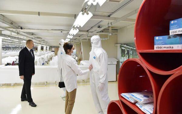 Президент Ильхам Алиев и Первая леди Мехрибан Алиева на открытии фабрики по производству медицинских масок и предприятия по производству защитных комбинезонов в Сумгайыте - Sputnik Азербайджан