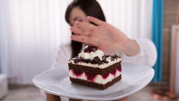 Девушка отказывается от десерта - Sputnik Azərbaycan
