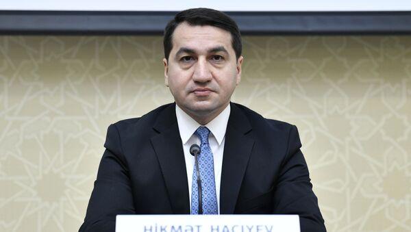 Помощник Президента Азербайджана - заведующий отделом по вопросам внешней политики Хикмет Гаджиев - Sputnik Azərbaycan
