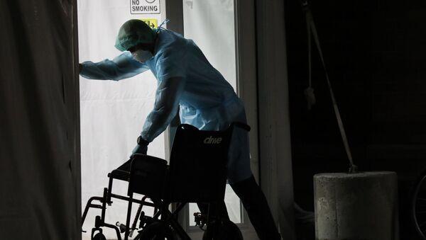 Медицинские работники принимают пациентов с коронавирусом - Sputnik Azərbaycan