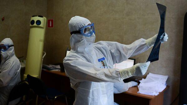 Медик с рентгеном (МРТ) легких, фото из архива - Sputnik Azərbaycan