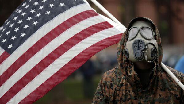 Человек в защитном костюме с флагом США - Sputnik Азербайджан