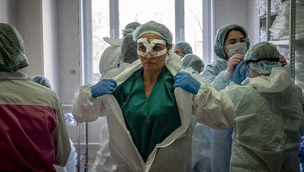 Медик в защитном костюме в Москве, фото из архива  - Sputnik Азербайджан