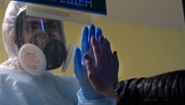 Медицинский работник в стационаре для больных COVID-19 - Sputnik Азербайджан