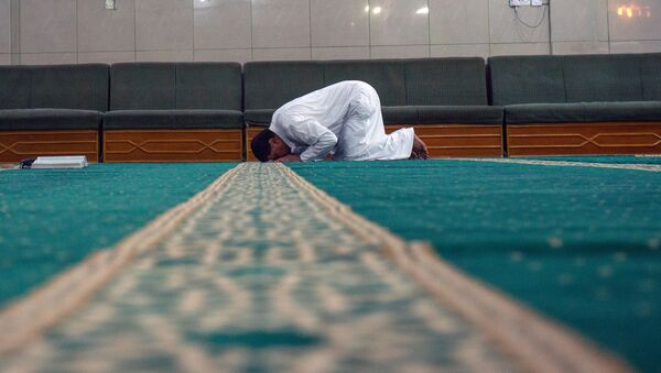 Иракский мусульманин молится, фото из архива - Sputnik Azərbaycan