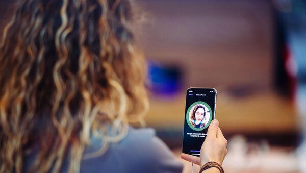 Айфоны смогут распознавать лица под медицинскими масками  - Sputnik Азербайджан