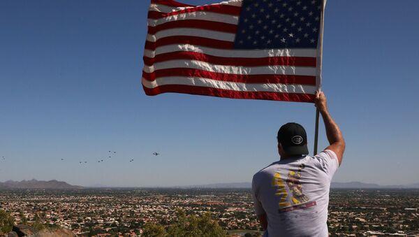 Мужчина держит флаг США в Глендейле, Аризона, фото из архива - Sputnik Azərbaycan