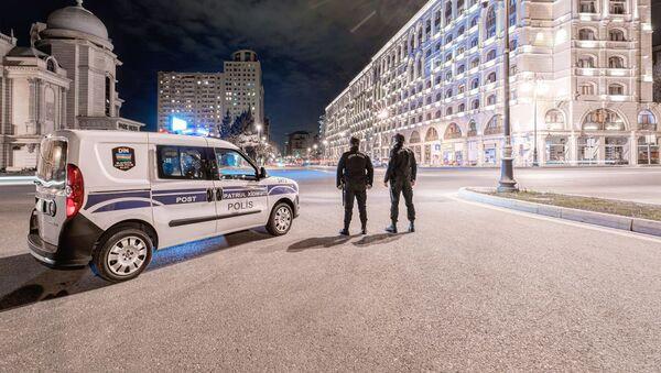 Автомобил патрульной службы и сотрудники МВД, фото из архива - Sputnik Азербайджан