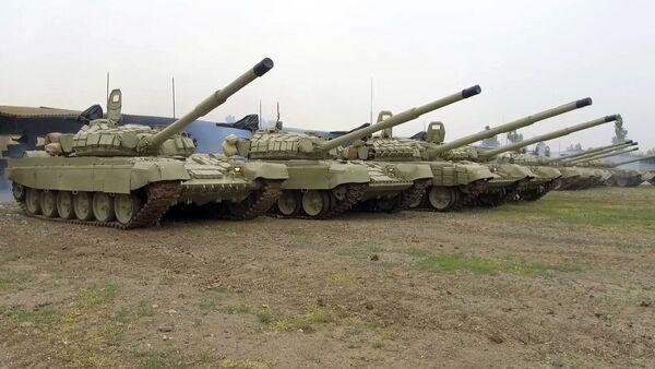 Təlimə cəlb edilən tank bölmələri tapşırıqları yerinə yetirir - Sputnik Азербайджан