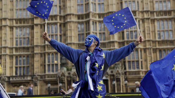 Мужчина с флагами Европейского Союза (ЕС), фото из архива - Sputnik Азербайджан