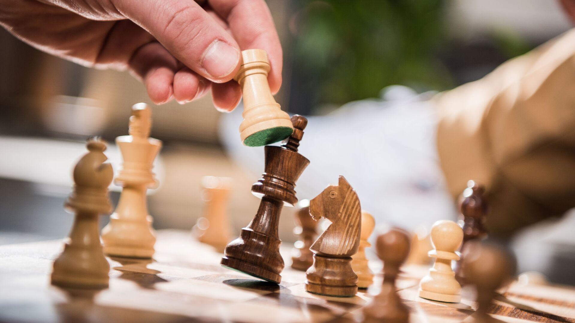 Игра в шахматы - Sputnik Азербайджан, 1920, 30.03.2021