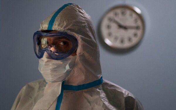 Медицинский работник в одном из отделений госпиталя COVID-19 в ГКБ No1 имени Н.И. Пирогова в Москве - Sputnik Азербайджан