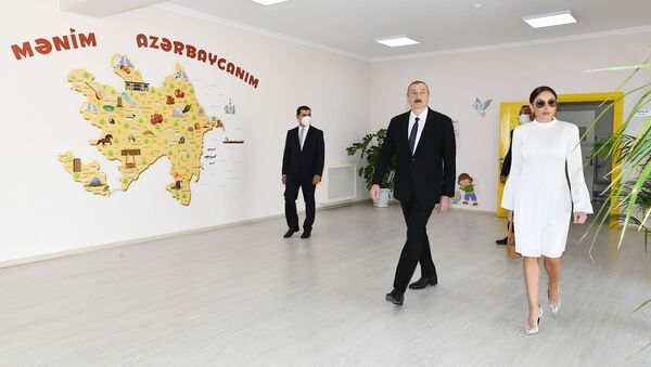 """Prezidenti İlham Əliyev və birinci xanım Mehriban Əliyeva """"Qobu Park-3"""" yaşayış kompleksinin açılışında - Sputnik Азербайджан"""