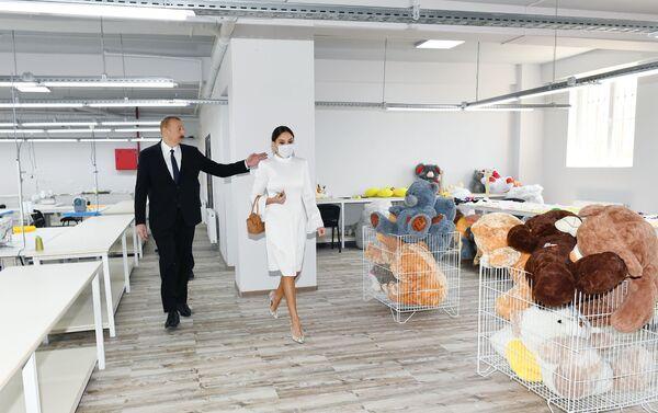 Президент Азербайджана Ильхам Алиев и первая леди Мехрибан Алиева на открытии жилого комплекса Гобу Парк-3, возведенного для вынужденных переселенцев - Sputnik Азербайджан