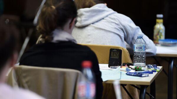 Студенты сдают экзамен, фото из архива - Sputnik Azərbaycan