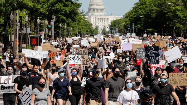 Марш протестующих у здания Капитолия в Вашингтоне  - Sputnik Азербайджан