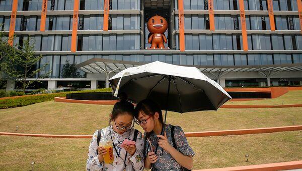 Китайский холдинг Alibaba запустил аутлет с товарами люксовых брендов Luxury Soho - Sputnik Азербайджан