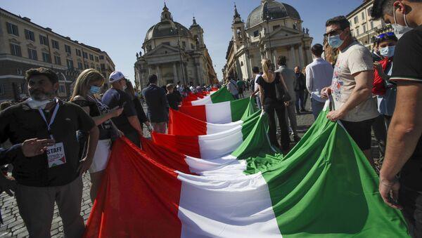 Люди разворачивают гигантский итальянский флаг в Риме, фото из архива - Sputnik Азербайджан