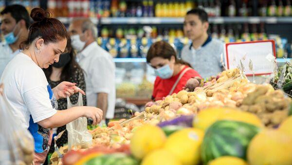 Работа супермаркета в Баку за день до ужесточения карантина - Sputnik Azərbaycan